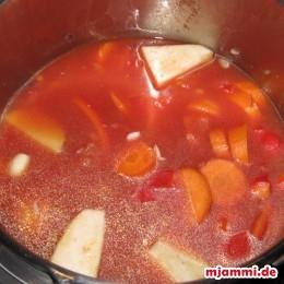 Dann die gehackten Tomaten aus der Dose und 2-3 Tassen Wasser auf das Gemüse, so dass es gut abgedeckt ist.