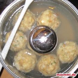 Die Knödel  für etwa 20 min. bei Köchelndem Wasser im Topf mit halbgeöffnetem Topfdeckel kochen lassen.