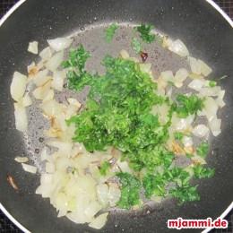 Die Petersilie kurz in die geröstete Zwiebeln geben und etwas in der heißen Pfanne unterühren.