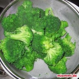 Brokkoliröschen blanchieren (1 Min. in kochendes Wasser legen).