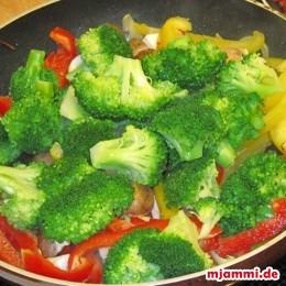 Die Hitze erhöhen und Brokkoliröschen, Champignons und Paprika dazugeben und etwa 2 Minuten garen.