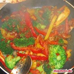 Tomatensoße unterheben und mit Salz und Chiliepulver abschmecken.