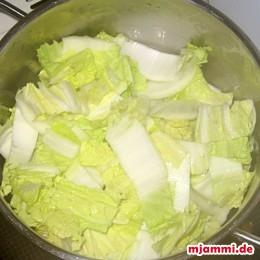 Mit 1/8 l Wasser, Salz, Zucker und Reisessig in einem Topf ca. 10 min. garen.