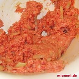 Zuerst das Hackfleisch, 1 Ei, 1 große Zwiebel, 1/2 TL Pfeffer, 1 TL Salz, 1/2 TL Paprikapulver kräftig vermischen.