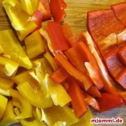 Paprika vom Gehäuse und den Kernen entfernen und in grobe Würfel zerteilen.