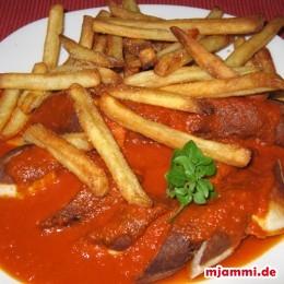 Die Würste in scheiben schneiden mit viel Sauce und Pommes servieren. Fertig! Guten Appetit!