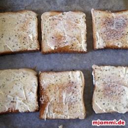 Dann das Toastbrot mit Remoulade bestreichen.