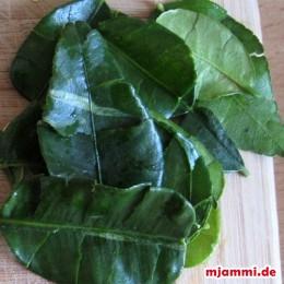 6 φύλλα μοσχολεμονιού καφίρ (Kaffir) , τα οποία έχουμε σχίσει λίγες φορές στις άκρες, για να βγάλουν γεύση.