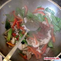 2 EL Öl erhitzen und die Hähnchenstreifen und Schweinefiletstreifen anbraten. Dann die Knoblauchzehen, das Weiße der Frühlingszwiebeln, die Zuckerschoten, Paprika dazugeben. Ca. 2 Minuten pfannenrühren. Dann Sambal Olek nach eigenem Schärfewunsch dazugeben. Die Garnelen und das Frühlingsziebelgrün zusammen mit der hellen Sojasauce dazugeben und 3 Minuten unter Rühren weiterbraten.