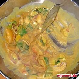 Ανακατεύουμε τα κολοκυθάκια και το κρεμμύδι στο μείγμα. Προσθέτουμε και το υπόλοιπο γάλα ινδικής καρύδας και σιγοβράζουμε σε μέτρια φωτιά για πέντε λεπτά.