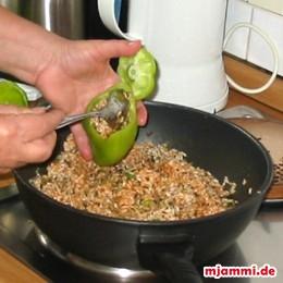 Die Paprikaschoten mit dem Reis füllen mit dem ihrem