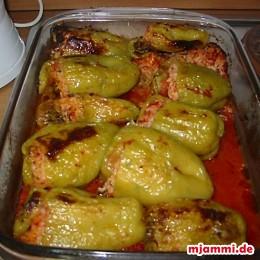 Die Ofenform mit den Paprikaschoten in den Ofen schieben und bei 220°C für etwa eine Stunde backen. Zwischendrin die Paprikaschoten wenden sobald diese etwas angeröstet sind damit sie auch von der anderen Seite etwas Farbe bekommen.