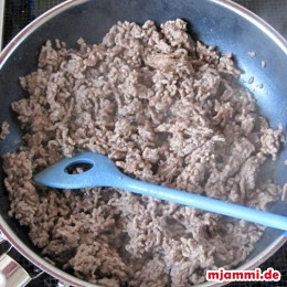 Anschließend die gewürfelten Zwiebeln in einer Pfanne anbraten. Das Hackfleisch dazugeben und anbraten. Dann die gehackten Tomaten dazugeben und mit Salz, Pfeffer und einem Teelöffel Minze abschmecken.
