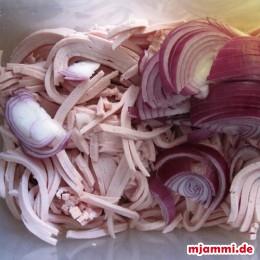 Die Zwiebel halbieren und dann in dünne Scheiben schneiden und dazu geben.