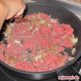 ... und das Hackfleisch mit etwas Wasser in die Pfanne geben, damit sich das Hackfleisch besser verteilt.