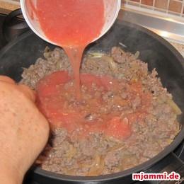 Sobald sich das Hackfleisch durch das Braten verteilt hat, fügen wir die pürierten Tomaten hinzu und würzen mit Oregano, Pfeffer, und, wenn es noch fehlt, mit etwas Salz.