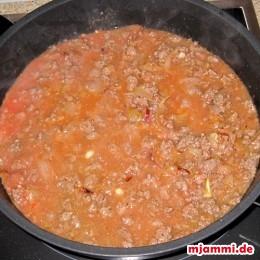 Die Sauce für etwa 10 Minuten auf kleiner Flamme köcheln lassen, damit der Saft verdampft.