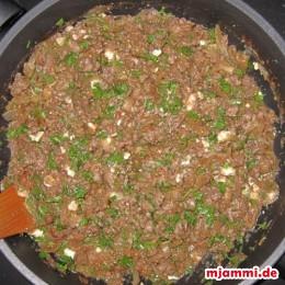 Nun mischt man viel Petersilie, die gerebelte Feta und Parmesan dazu.