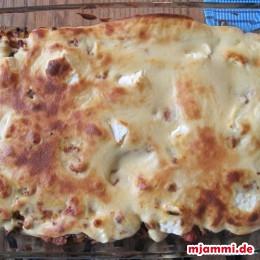 Dann wird alles so lange bei 180°C im Ofen gebacken bis die Bechamelsosse braun wird (ca. 30 Minuten).