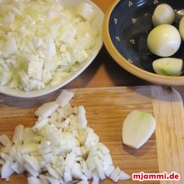 Dann für die Füllung die Zwiebeln klein schneiden.