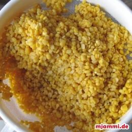 Das Dal mit klarem Wasser abwaschen bis kein gelber Saft mehr austritt. In einem Topf den halben Liter Wasser erhitzen, wenn es kocht, den Dal dazugeben und bei geringer Hitze 20 min. kochen.