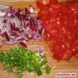Zwiebeln, Schnittlauch und Tomaten kleinschneiden.