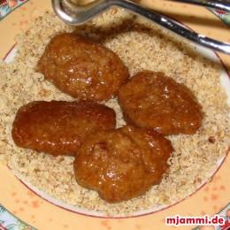 Έπειτα βγάζουμε τα μελομακάρονα από την κατσαρόλα και τα βάζουμε στο πιάτο με τα αλεσμένα καρύδια.