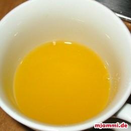 Eine halbe Tasse frischen Orangensaft.