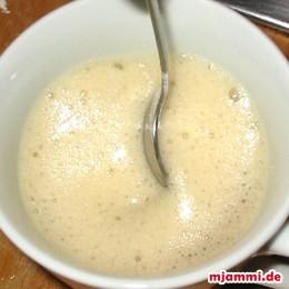 Προσθέτουμε σε μισό φλιτζάνι φρέσκο χυμό πορτοκάλι το κουταλάκι σόδας του φαγητού και ανακατεύουμε για να διαλυθεί το μείγμα.