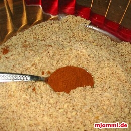 και προσθέτουμε επίσης την κανέλα, τα αλεσμένα αμύγδαλα και το μέλι.