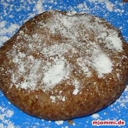 Ανοίγουμε την ζύμη πάνω σε άχνη ζάχαρης σε πάχος ενός εκατοστού ...