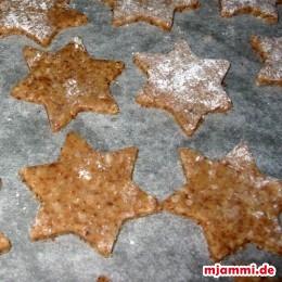 Τοποθετούμε τα αστέρια σε ένα ταψί με λαδόκολλα.