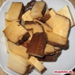 Tofu kleinschneiden und mit der Sojasauce marinieren.