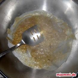 Jetzt die Currypaste sorgfältig unterrühren und so lange ohne Rühren braten, bis kleine Bläschen von Öl austreten.