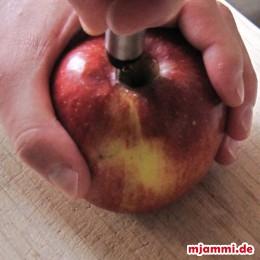 Αφαιρούμε τα κουκούτσια από τα μήλα (με έναν κόφτη μήλων), ...