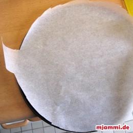 Backpapier rund ausschneiden (1cm überlappen lassen + 2 Laschen zum Rausziehen des Backpapiers nach dem Backen) und in die Springform legen.