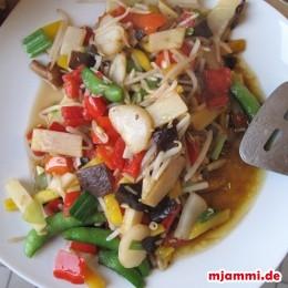2 EL Öl in dem Wok erhitzen. Das Gemüse darin 3 Minuten pfannenrühren. Mit 2-3 EL Sojasauce abschmecken. Dann das Gemüse aus dem Wok nehmen.