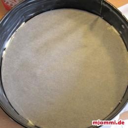 Kuchenform ausfetten und Pergamentpapier auf den Boden geben.