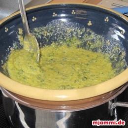 Έπειτα βράζουμε τα λεπτά μακαρόνια για περίπου 4 λεπτά σε μια κατσαρόλα. Αν θέλουμε τοποθετούμε το δοχείο με σάλτσα σαν καπάκι από πάνω για να ζεσταθεί λιγάκι η σάλτσα.