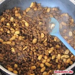 Das Öl in der Pfanne erhitzen und darin das Fleisch mit den asiatischen Gewürzen (was man zu Hause hat und einem schmeckt) braten. Knoblauch, Zucker und Erdnüsse dazugeben. Weiterbraten. Nächstes mal nehme ich vielleicht Honig statt Zucker, der schmiegt sich dann mehr an das Fleisch an.