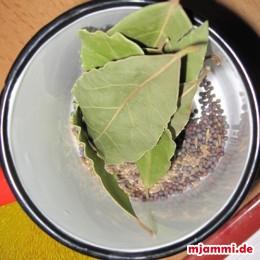 je 1/2 TL Senfsamen und Kreuzkümmelsamen 10 Lorbeerblätter vorbereiten. Den Basmatireis kochen, abgiessen und beiseite stellen.