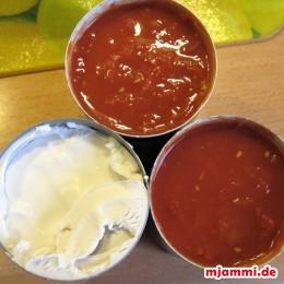 Die Zwiebeln im Olivenöl anschwitzen. Etwas Zucker darüber, damit sie karamelisieren. Die 2 Dosen Tomaten, die Kokosnusssoße und die Gemüsebrühe hinzugeben.