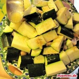 Die Zucchini und Pilze damit beträufeln.