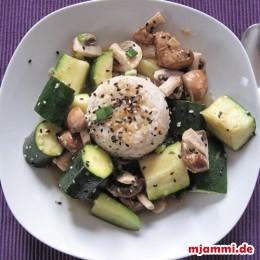 Sesam und Frühlingszwiebeln auf das Gemüse geben.