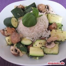 Fertig! Guten Appetit! Wie haben dazu Jasmin-Reis gemacht.