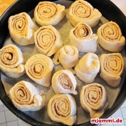 Eine Kuchenfom mit Backpapier auskleiden und anschließend die Zimtrollen gleichmäßig reinstellen. Bei 180° ca. 25-30 Minuten backen.