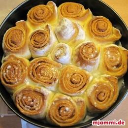 Den Kuchen aus dem Ofen nehmen und den Guß draufgeben. (Ich hab die Hälfte mit dem Guß probiert, die andere Hälfte ohne. Mit Guß scheckt das viel saftiger und damit für mich auch besser.)