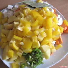 50 dkg (500 gramm Kartoffeln), 1 gelbe Paprika, 1 grüne Peperoni, Kümmel, 6-8 Pfefferkörner, Petersilie oder Lorbeerblätter
