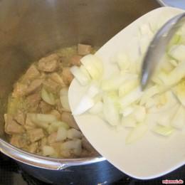 Μόλις τηγανιστεί προσθέτουμε το κομμένο κρεμμύδι και το σκόρδο.