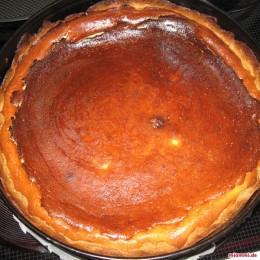Ψήνουμε το γλυκό για περίπου 30-45 λετπά στους 180°C στον φούρνο μέχρι να ροδοκοκκινίσει όμορφα από πάνω. Βγάζουμε το γλυκό από τον φούρνο και το αφήνουμε να κρυώσει.